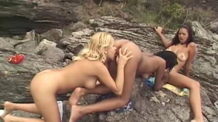 Rocco Brazil come morena e loiras gostosas no meio da praia.