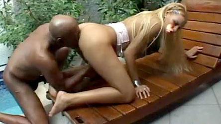 Larissa Vendramini libera tudo pra Kid Bengala na beira da piscina!