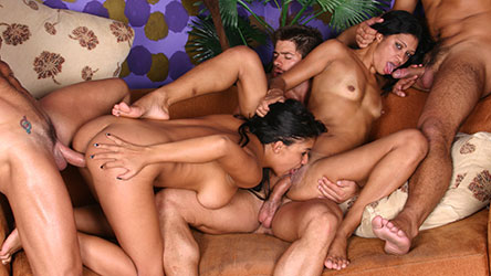 Abigail e Emanuele fazem sexo grupal e engolem porra quente!