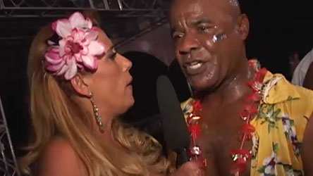 Rita Cadillac comanda a putaria no salão e entrevista os tarados!