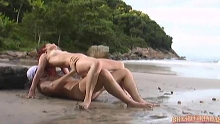 Ruiva provoca rapaz na praia que não aguenta e mete pica nela!
