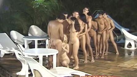 Depois de um banho de porra, eles comemoram dentro da piscina