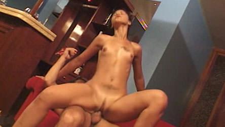 Suzuki Brasil e Don Picone fizeram sexo anal em cima do sofá