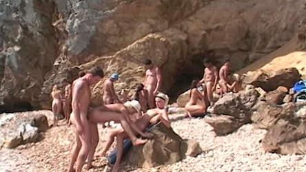 Em ilha deserta as gostosas fodem e levam gozadas na boca