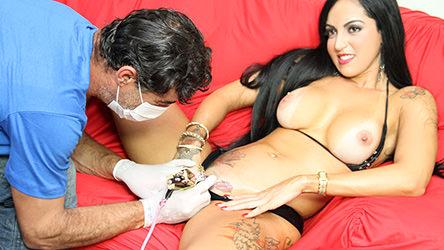 A mulher tatuada vai até o estúdio de tatuagem, incomodada com suas
